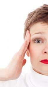 Alternativ behandling migræne Valby, Frederiksberg, København, dame holder sig for hovedet