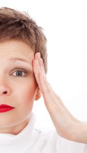 Alternativ behandling migræne Valby, Frederiksberg, København, dame har hovedpine