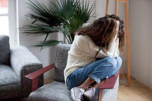 Akupunktur mod stress og angst Valby, Frederiksberg, København, dame krøllet sammen i stolen